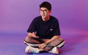 刘昊然读《在路上》 20岁,意气风发。