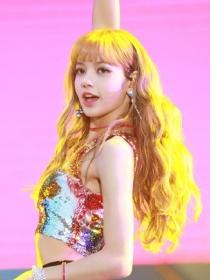 人间芭比Lisa的发色才是显白神器,秒变粉一白!