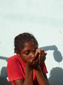 阿玛尼美妆迎来 Acqua for Life 慈善计划第十年